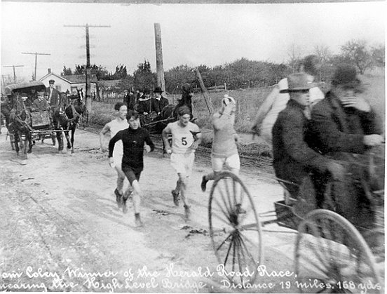 Runners sharing the road with horses in 1907. Image via http://www.cbc.ca/strombo/news/around-the-bay-race-120th